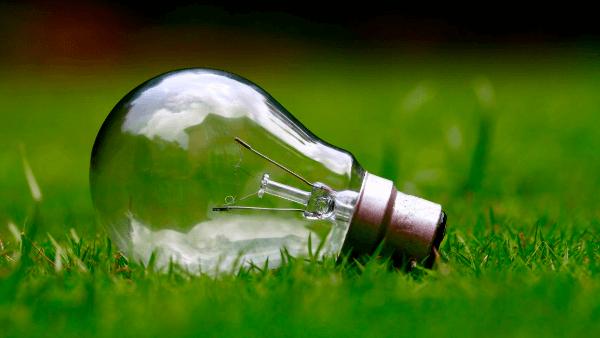 Cómo ahorrar con la nueva factura de la luz (que premia la eficiencia energética)